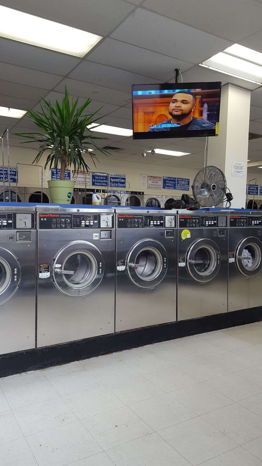 Family Wash Laundromat - laundry  | Photo 2 of 8 | Address: 6501 S Cottage Grove Ave, Chicago, IL 60637, USA