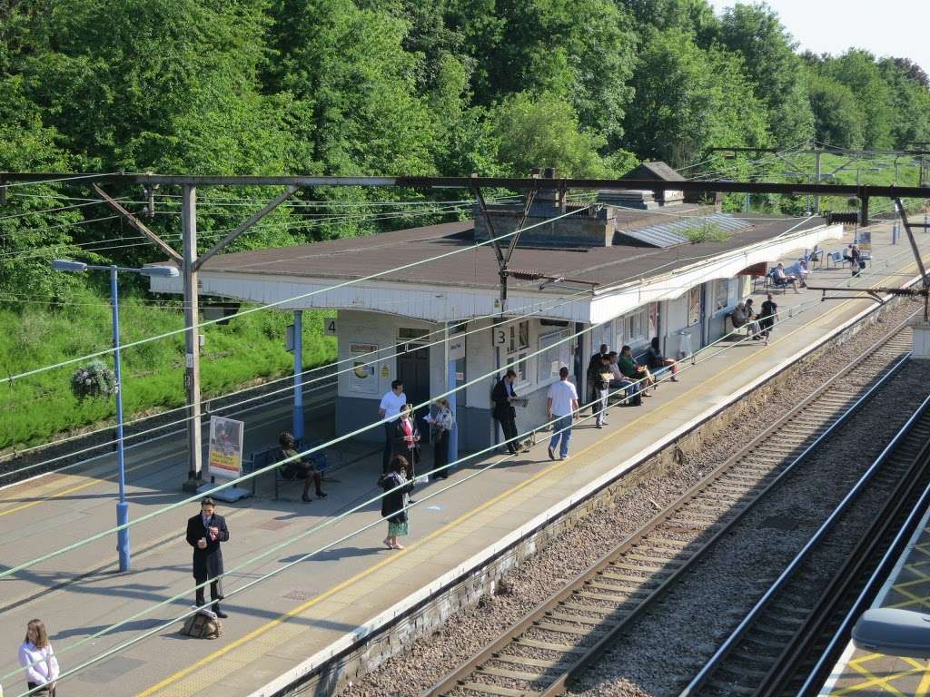 Gidea Park - train station  | Photo 2 of 10 | Address: Station Rd, Romford RM2 6BX, UK | Phone: 0343 222 1234