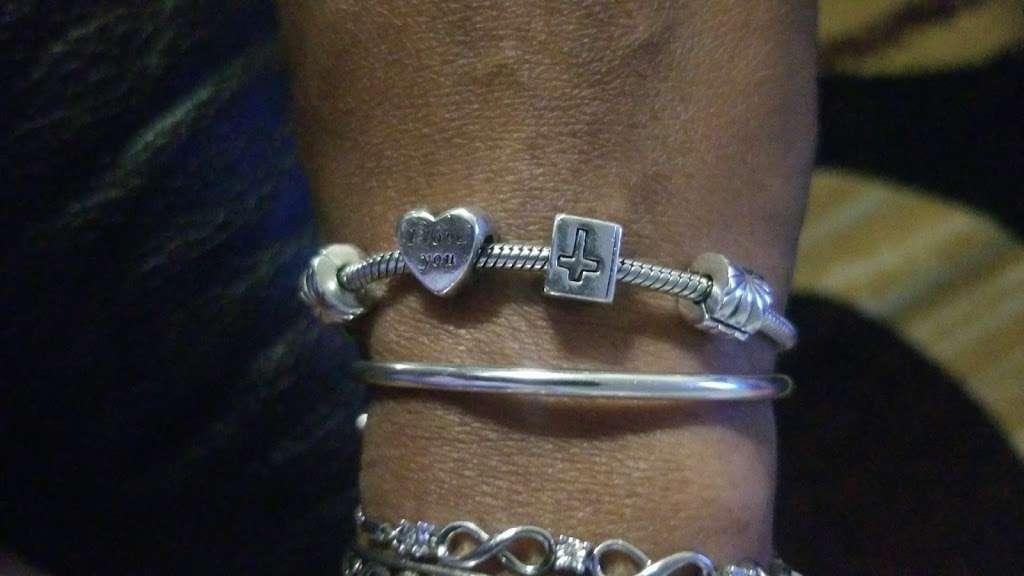 PANDORA Jewelry - jewelry store    Photo 5 of 9   Address: 1107 Green Acres Rd S #103, Valley Stream, NY 11581, USA   Phone: (516) 654-6440