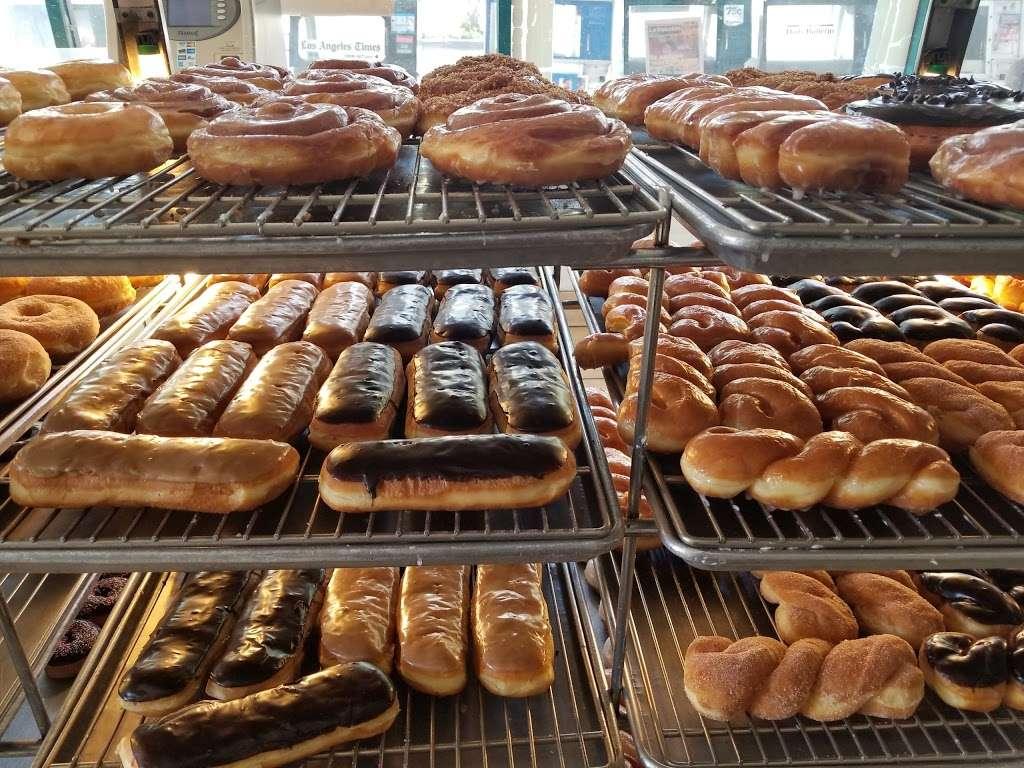 Masters Donuts - bakery  | Photo 4 of 10 | Address: 11637 Cherry Ave # 3, Fontana, CA 92337, USA | Phone: (909) 350-9544