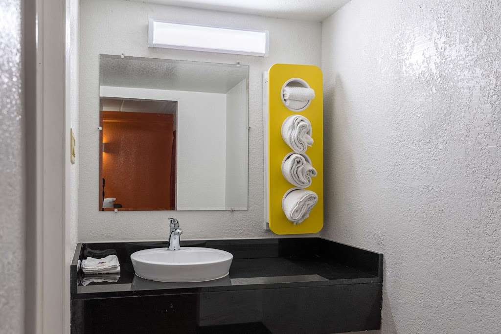 Motel 6 Baytown - Garth Rd - lodging  | Photo 4 of 10 | Address: 4911 Interstate 10 E, Baytown, TX 77521, USA | Phone: (281) 421-7300