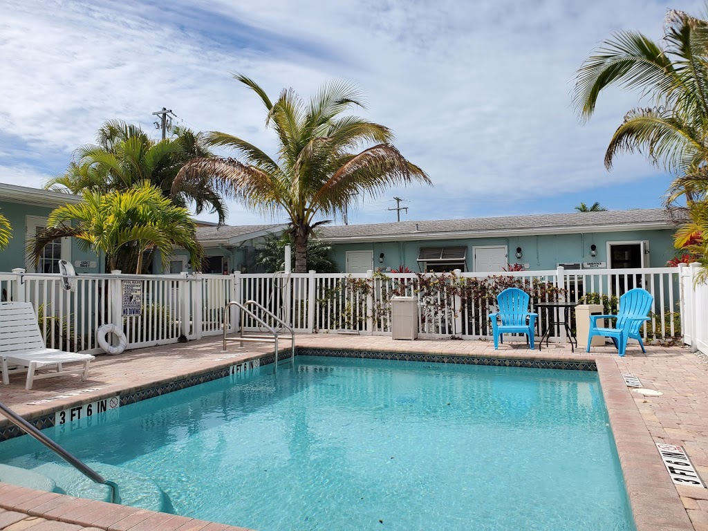 Driftwood Motel - lodging  | Photo 3 of 10 | Address: 5108 Gulf Dr, Holmes Beach, FL 34217, USA | Phone: (941) 778-2111